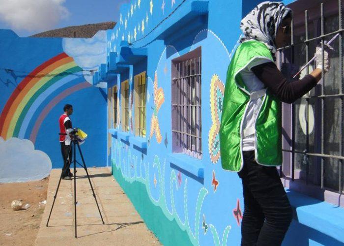 Ils décorent l'école avec quelques peintures colorées.